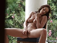 Slender Felicia Kiss Brings Her Sweet Vag To Climax
